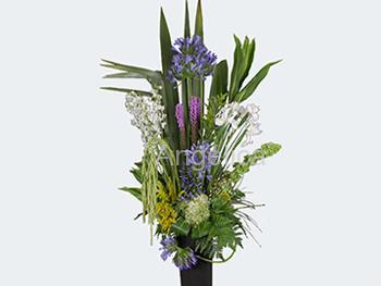 Arreglo de Flores en Tonos Azules, Blanco y Follajes